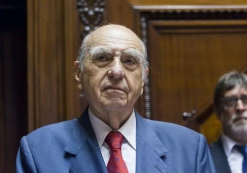 El expresidente Julio Sanguinetti abandona su banca