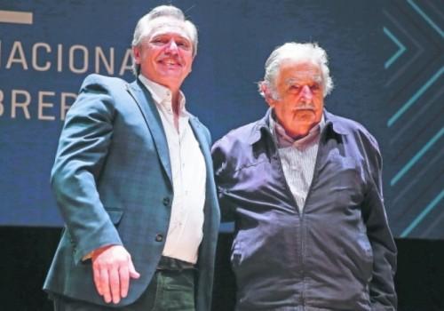 Gobierno condecoró al expresidente uruguayo José Mujica