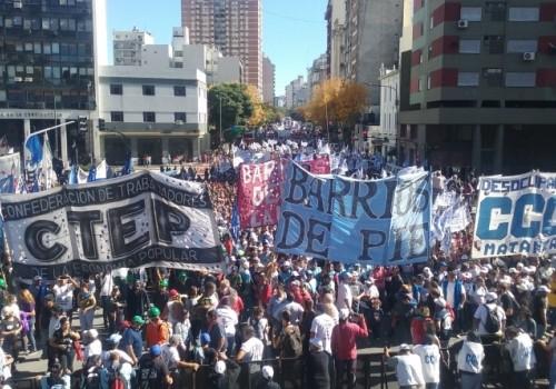 """Movilización social por """"tierra, techo y trabajo"""""""