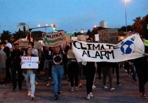 Hubo movilización contra el cambio climático frente al Palacio Legislativo